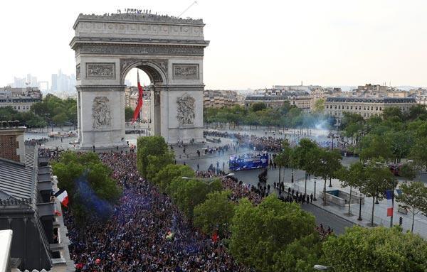 Şampiyon Fransa kahraman gibi karşılandı