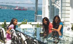 Arap turistler yalıda Kıvanç'ın peşinde
