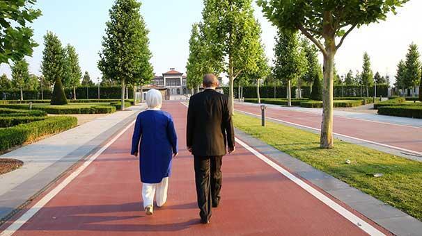 Cumhurbaşkanı Erdoğan ve eşi Emine Erdoğan konutlarına yürüyerek geçti