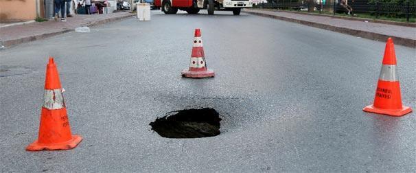 Fatihte yol çöktü Cadde araç trafiğine kapandı