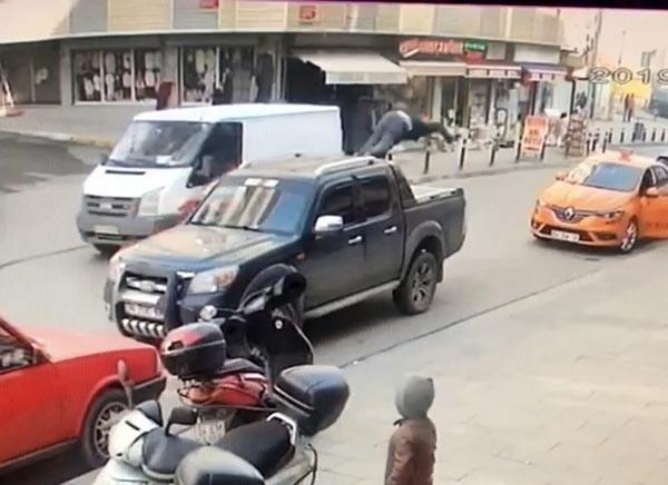 İstanbul'da dehşet anlar Defalarca takla atan çocuk metrelerce sürüklendi