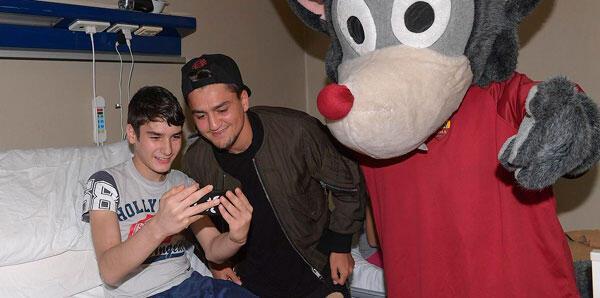 Cengiz Ünder hasta çocukları ziyaret etti