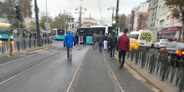 Son dakika... Halk otobüsü tramvay hattına girdi Seferler...