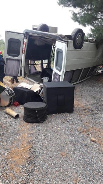 Düğüne giden müzisyenleri taşıyan minibüs takla attı
