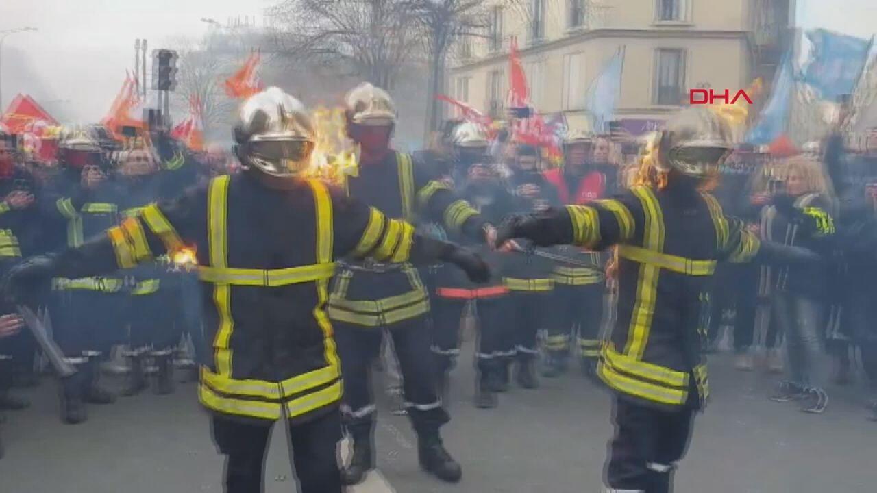 Paris'te polisler itfaiyecilerle çatıştı