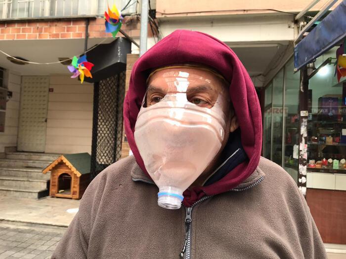 Kadıköy'de esnaf korona virüse karşı pet şişeden maske yaptı ...