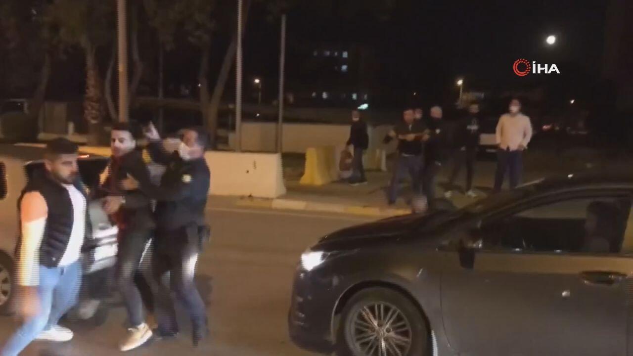 Kazayı unutup yolun ortasında tekme tokat kavga ettiler - Haberler Haberleri