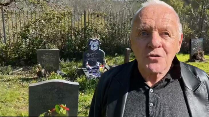 Anthony Hopkins babasının mezarında şiir okudu thumbnail