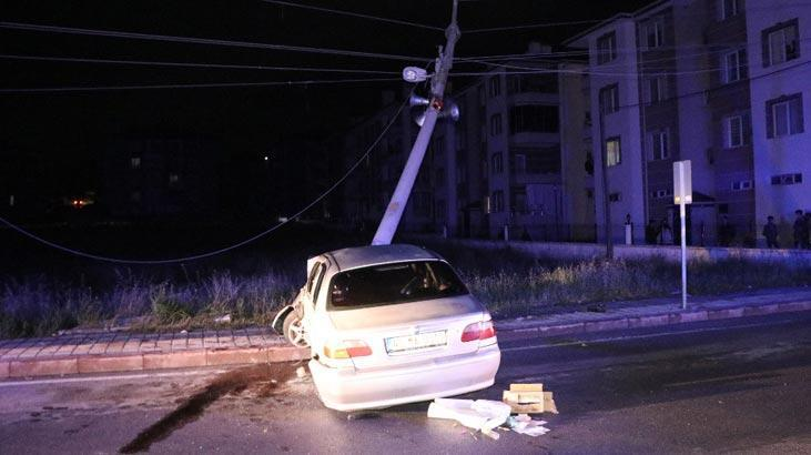 Otomobil elektrik direğine çarptı: 4 yaralı