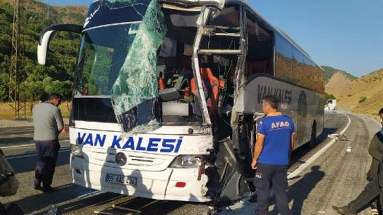 Son dakika! Yolcu otobüsü ile TIR çarpıştı; 1'i ağır, 3 yaralı