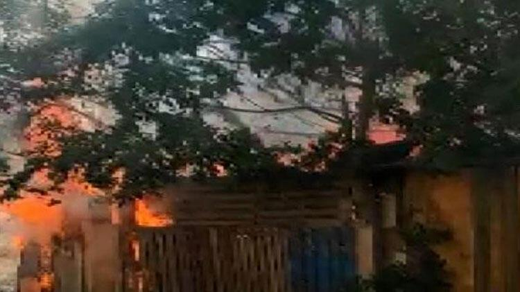 Avcılar'da kulübedeki yangın elektrik tellerine sıçradı