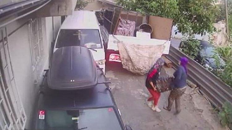 İstanbul'da akılalmaz anlar! 2'si kadın 3 kişi otomobil motorunu çaldı