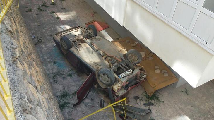 Otomobil 6 metre yükseklikten bahçeye düştü