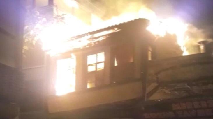 110 yıllık ahşap bina yangında çöktü! 1 itfaiye eri yaralandı