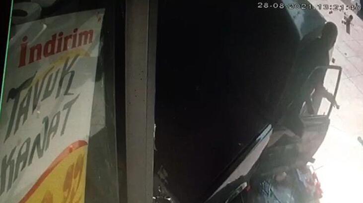 Bahçelievler'de 17 yaşındaki sürücü markete daldı, kaza anı kamerada