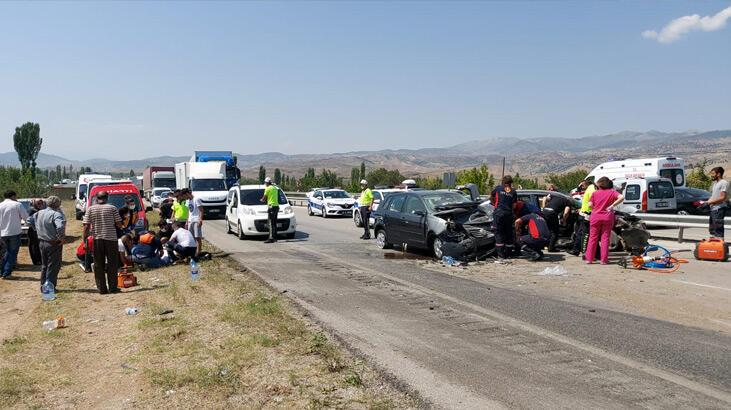 Çorum'da iki otomobil çarpıştı: 6 yaralı