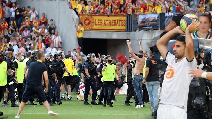 Son dakika haberi: Fransa Ligue 1'de derbide taraftarlar sahaya girdi! Burak ve Zeki sahadayken faciadan dönüldü - Milliyet