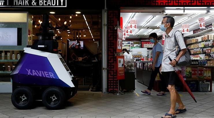 Singapur'un yeni polis gücü sokaklara çıktı! Xiavier distopik geleceği göz kırpıyor