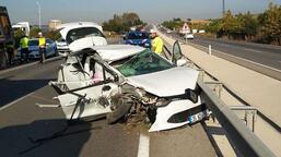 Otomobil önce kamyona sonra bariyere çarptı: 1 ölü, 1 yaralı