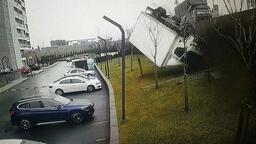 TEM'de feci kaza! Kamyon kontrolden çıkıp sitenin bahçesine uçtu