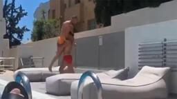 Emre Mor arkadaşını havuza attı...