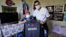 Trabzonspor'un kaptanı Uğurcan Çakır'dan, 83 yaşındaki taraftara sürpriz ziyaret