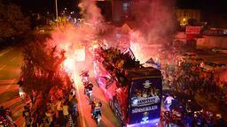 Adana Demirsporlu oyuncular, şehirde tur atarak şampiyonluğu kutladı