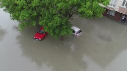 Sultangazi'de araçlar mahsur kaldı, evleri su bastı