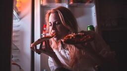 Uzmanı uyardı: Gece yeme bozukluğu kadınlarda daha sık görülüyor