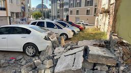 İstinat duvarı, park halindeki otomobilin üzerine yıkıldı