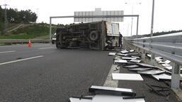 Lastiği patlayan kamyonet devrilerek metrelerce sürüklendi