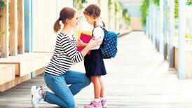 Çocuk sınıfta, anne kapıda ağlamasın