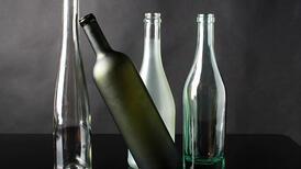 Çöpe atacağınız şişeleri vazoya dönüştürün