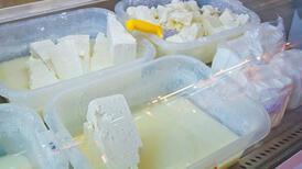 Sakın açıktan süt ve peynir almayın! Üzerinde binlercesi yaşıyor!