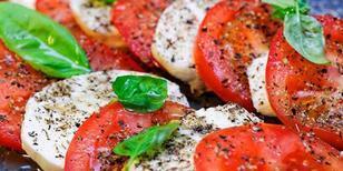 5 dakikalık mozzarellalı domatesli yaz salatası tarifi