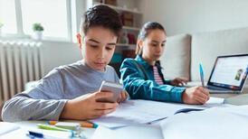 Uzaktan eğitim döneminde ders masası ve sandalye seçimi önemli