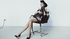 Hande Yener'den 20. yıla özel görsel albüm