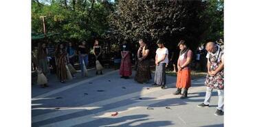 Tunceli'de Kadına Şiddete Tepki İçin Erkek Etek Giydi, Kadınlar Tespih Salladı