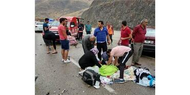 Hafif Ticari Araç İle Otomobil Çarpıştı: 1 Ölü, 7 Yaralı