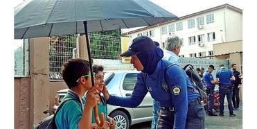 Okul Önündeki Uygulamada Polisten Öğrencilere Şeker