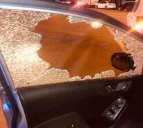 Kaza sonrası levye ile diğer aracın camını kırdı
