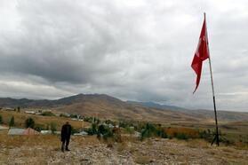 Tehditlere rağmen 35 yıldır Türk bayrağını dalgalandırıyor