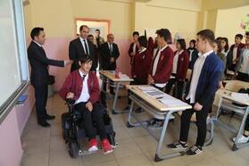 Silopi'de engelli lise öğrencisine akülü araç
