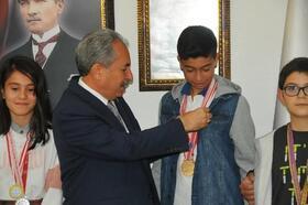 Akşehir Belediye Başkanından, şampiyon sporculara altın