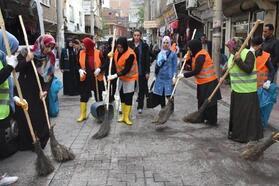 Bağlar'da kadınlar sokakları temizledi