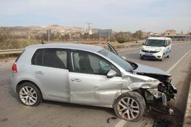 Gemerek'te, bariyerlere çarpan otomobilin sürücüsü yaralandı