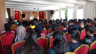 Şemdinli'de üniversiteye hazırlanan gençlere kitap desteği
