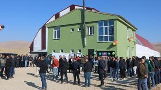 Yüksekova'nın Değerli Köyü'ne halı saha yapıldı
