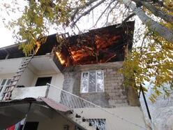İtfaiye aracıyla dar sokağa girilemedi, çatı katındaki yangın binayı sardı