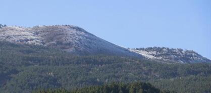 Simav'da yüksek kesimlere mevsimin ilk karı yağdı